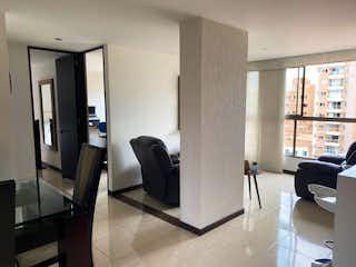 Una sala de estar llena de muebles y una televisión de pantalla plana en Apartamento en venta en Conquistadores de 2 alcoba