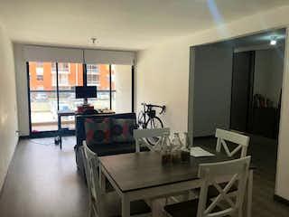 Una sala de estar llena de muebles y una televisión de pantalla plana en Apartamento en venta en Pradera Norte, 92m²