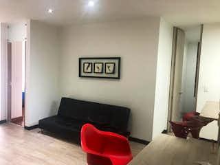 Una sala de estar con un sofá, una silla y una mesa en Apartamento en venta en Santa Bárbara Occidental de 60m²