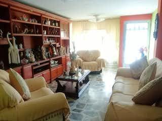 Una sala de estar llena de muebles y una chimenea en Casa en venta en Comuna 13 de 4 alcoba