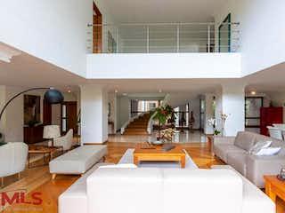 Una sala de estar llena de muebles y una mesa en Bagatela Campestre