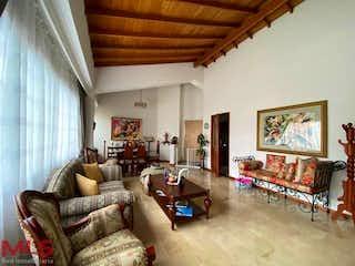 Una sala de estar llena de muebles y una gran ventana en Peña Loma