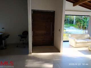 Una habitación que tiene una ventana en ella en Magdalo