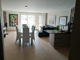 Una sala de estar llena de muebles y una televisión de pantalla plana en Apartamento en venta en Fátima de tres alcobas