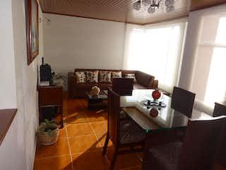 Una sala de estar llena de muebles y una mesa en Apartamento En Venta En Bogota Alamos Norte