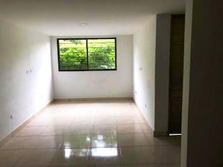 Un baño que tiene una ventana en él en Apartamento en venta en Fátima de 2 hab.