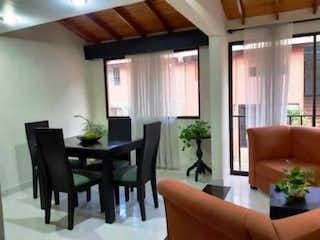 Una sala de estar llena de muebles y una planta en maceta en Casa en venta en Calle Larga 100m²