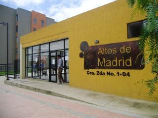 Una señal en el lado de un edificio en Conjunto Altos De Madrid