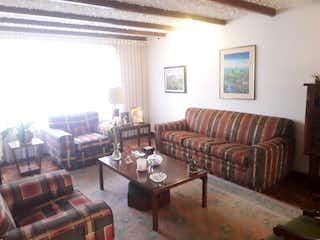 Una sala de estar llena de muebles y una chimenea en Casa en venta en Julio Flórez, de 360mtrs2