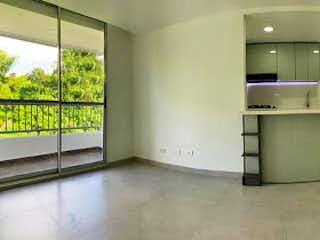 Una cocina que tiene un refrigerador en ella en Apartamento en venta en San José, 58mt con balcon