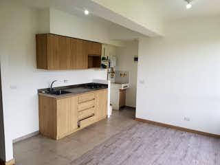 Una cocina con suelos de madera y armarios blancos en Apartamento en Venta AVES MARíA