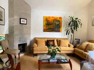 Una sala de estar llena de muebles y un sofá en Casa en venta en Lomas de Memetla de 165mts