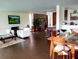 Una sala de estar llena de muebles y una televisión de pantalla plana en Casa en venta en Guayabito, de 320mtrs2