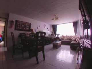Una sala de estar llena de muebles y una lámpara de araña en Apartamento en venta en Granada Norte, de 65,8mtrs2