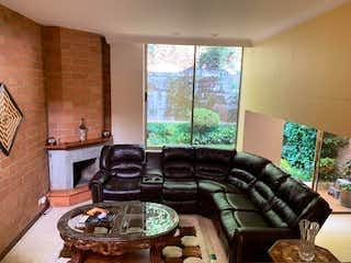 Una sala de estar llena de muebles y una chimenea en Casa en venta en Los Balsos, de 336mtrs2