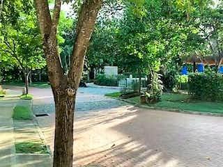 Un árbol forrado de árboles y un banco del parque en Casa en venta en Casco Urbano Santa Fé De Antioquia de 3 habitaciones
