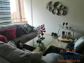 Una sala de estar llena de muebles y una gran ventana en BALSOS DEL CASTILLO