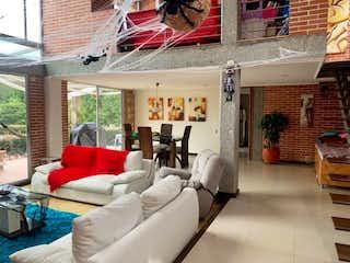 Una sala de estar llena de muebles y una gran ventana en Casa en venta en Loma del Escobero, de 1451mtrs2