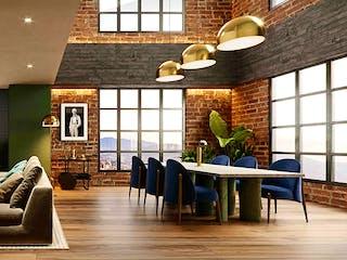 Una sala de estar llena de muebles y una gran ventana en Obra Treinta&Cinco