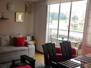 Una sala de estar llena de muebles y una ventana en Apartamento en venta en Gran Granada, 84mtcon balcon