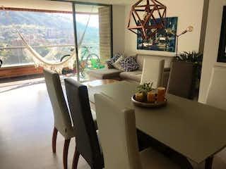 Una sala de estar llena de muebles y una ventana en Apartamento en venta en Loma de Las Brujas, de 114mtrs2