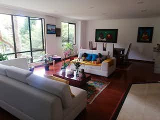 Una sala de estar llena de muebles y una televisión de pantalla plana en Apartamento en venta en San Martín, 100mt