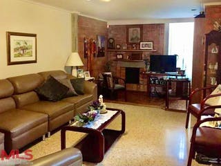Una sala de estar llena de muebles y una televisión de pantalla plana en Bizancio