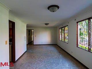 Un pasillo que conduce a un pasillo con muchas ventanas en El Nogal