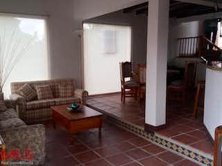 Una sala de estar llena de muebles y un suelo de madera en Villa Campestre la Macarena