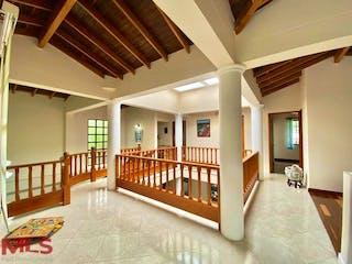 Una habitación llena de un montón de literas de madera en Villas De Fidelena