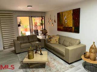 Una sala de estar llena de muebles y una televisión de pantalla plana en Torre Nazareth