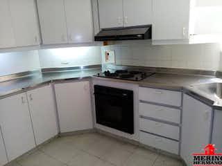 Una cocina con armarios blancos y electrodomésticos blancos en Edificio Esquinas del parque