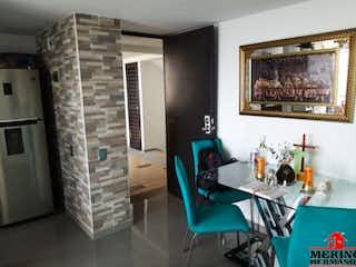 Una sala de estar llena de muebles y una ventana en AMANECERES