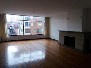 Una sala de estar con suelos de madera dura y una chimenea en Edificio Lignarolo