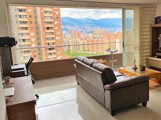 Una sala de estar llena de muebles y una chimenea en PERLATO