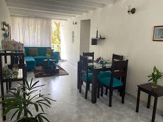 Una sala de estar llena de muebles y una ventana en Apartamento en venta en Niquía, 70mt con balcon