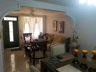 Una sala de estar llena de muebles y una televisión de pantalla plana en Casa en Venta BUENOS AIRES