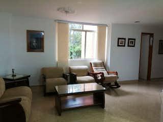 Una sala de estar llena de muebles y una televisión de pantalla plana en Apartamento en venta en Loma de los Bernal, de 114mtrs2