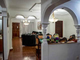Una habitación con una lámpara de araña y una lámpara de araña en Casa en venta en Cabañitas, de 140mtrs2