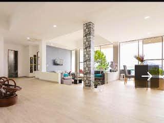 Una sala de estar llena de muebles y una mesa en Casa en venta en Norteamérica, de 2048mtrs2