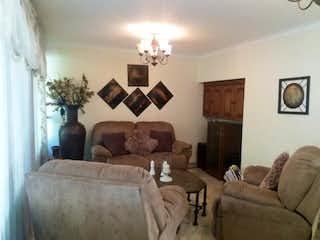 Una sala de estar llena de muebles y una lámpara en Casa en venta en Zúñiga con Balcón...