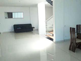 Una sala de estar llena de muebles y una televisión de pantalla plana en Casa en venta en Norteamérica, de 2200mtrs2