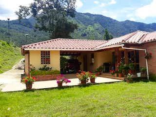 Una casa que está sentada en la hierba en Casa en venta en Barrio Obrero, de 5800mtrs2