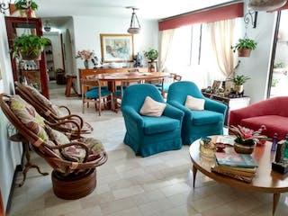 Una sala de estar llena de muebles y una ventana en Apartamento en venta en Los Balsos, 144mt con balcon