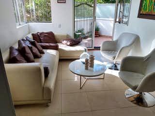 Una sala de estar llena de muebles y una gran ventana en Apartamento en venta en  El Campestre, 105mt con balcon