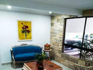 Una sala de estar llena de muebles y una ventana en Casa en venta en Loma de Las Brujas, 180mt de dos niveles