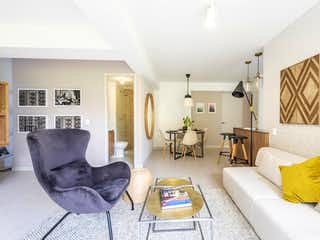 Una sala de estar llena de muebles y una mesa en Propiedad en Venta - Asdesilla