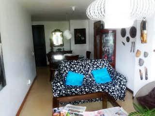 Una habitación con una cama y una mesa en Apartamento en venta en La Tomatera, 85mt con balcon
