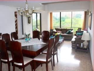 Una sala de estar llena de muebles y una ventana en Apartamento en venta en La Aguacatala, 192mt duplex