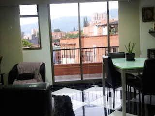 Una sala de estar llena de muebles y una ventana en Apartamento en venta en El Trianón, 78mt con balcon